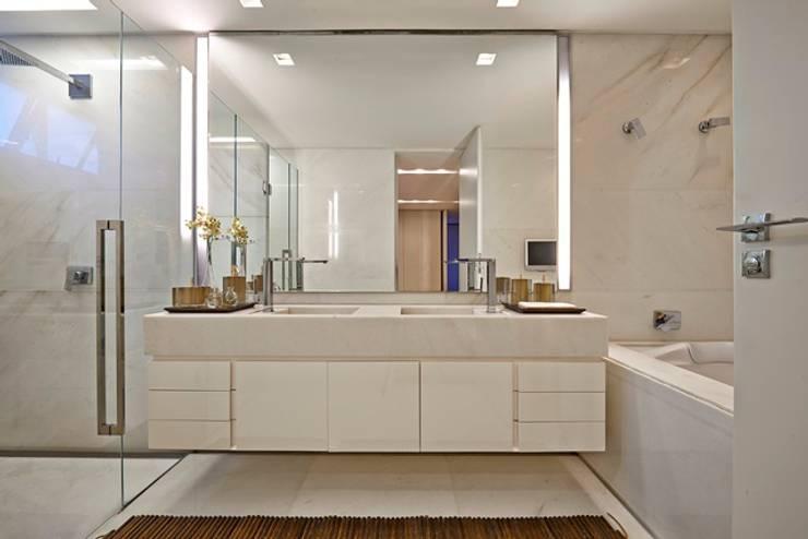 Residência A&S: Banheiros  por Alessandra Contigli Arquitetura e Interiores