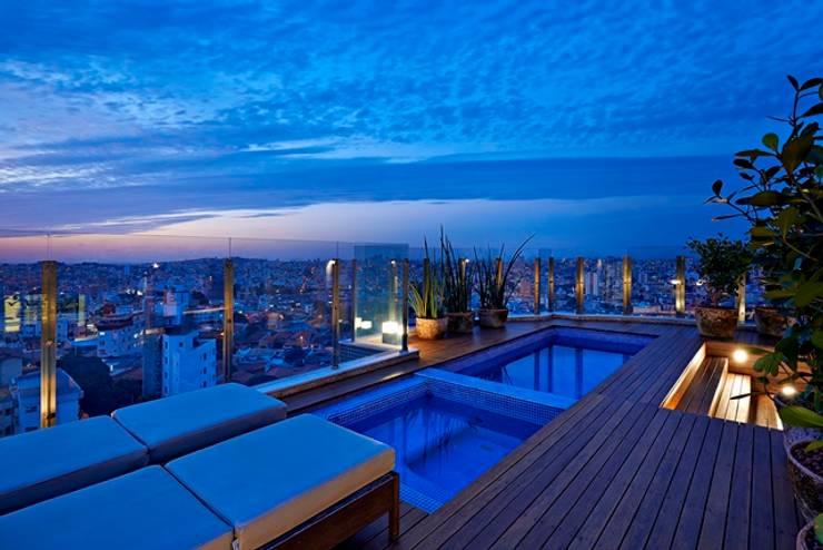 Residência A&S: Piscinas modernas por Alessandra Contigli Arquitetura e Interiores