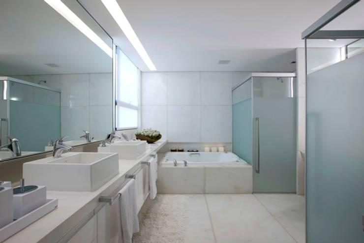 Residência T&L: Banheiros modernos por Alessandra Contigli Arquitetura e Interiores
