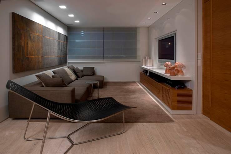 Residência T&L: Salas multimídia modernas por Alessandra Contigli Arquitetura e Interiores
