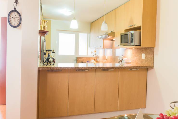 La barra vista desde el comedor: Cocinas de estilo  por Mikkael Kreis Architects