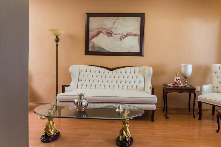 El sofá: Salas de estilo  por Mikkael Kreis Architects