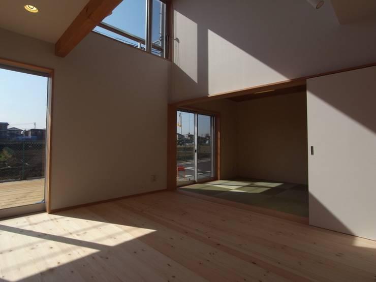 南鎌ヶ谷の家: 麻生英之建築設計事務所が手掛けたリビングです。,