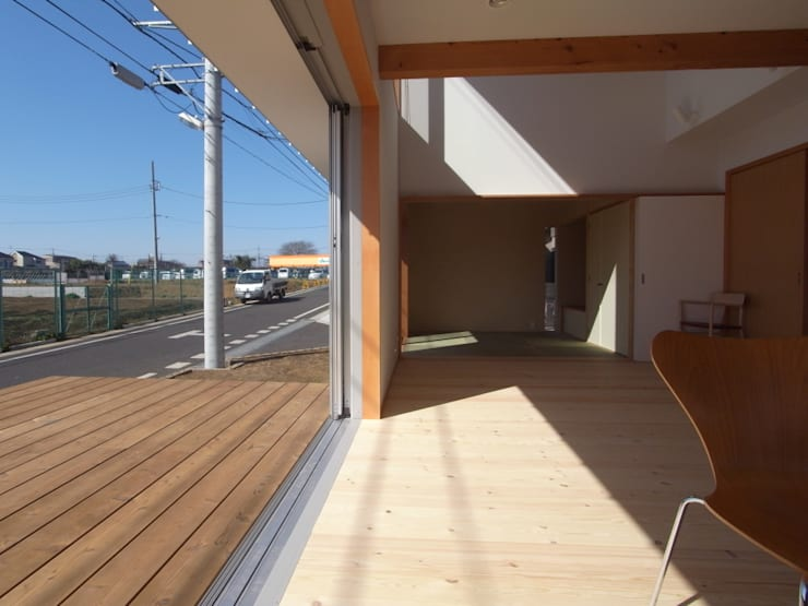 南鎌ヶ谷の家: 麻生英之建築設計事務所が手掛けたテラス・ベランダです。,