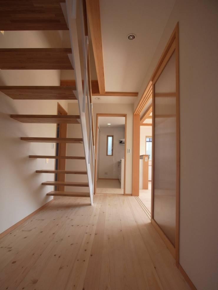 南鎌ヶ谷の家: 麻生英之建築設計事務所が手掛けた廊下 & 玄関です。,