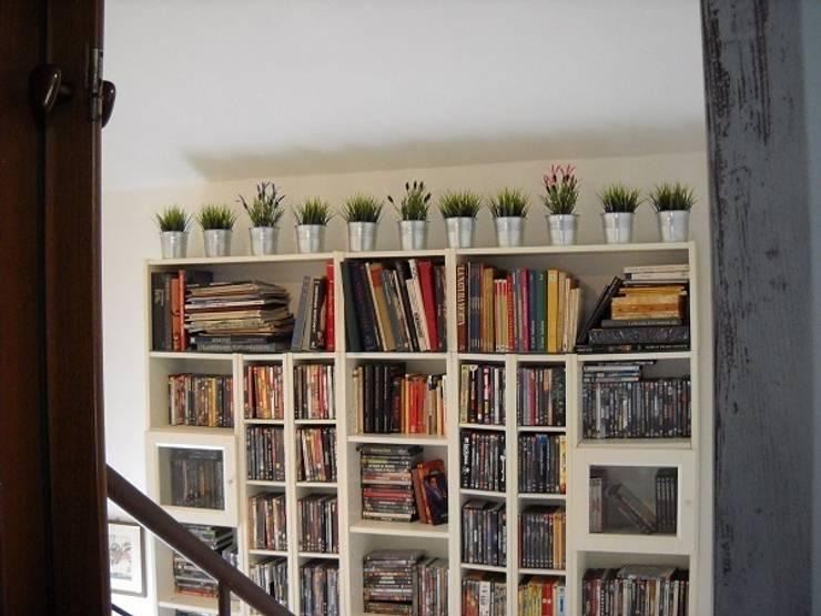 libreria su scala: Ingresso & Corridoio in stile  di A2architetti, Moderno