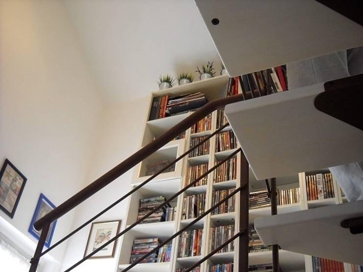 scala: Ingresso & Corridoio in stile  di A2architetti, Moderno