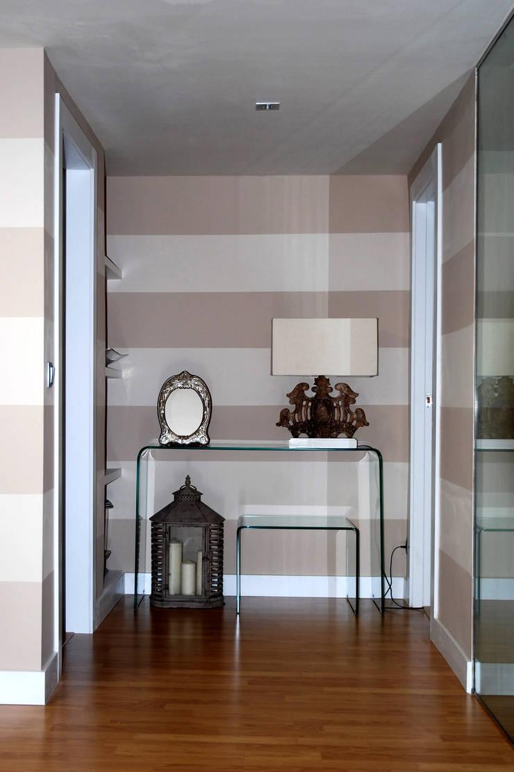 Entrada de apartamento - CivitasNova: Vestíbulos, pasillos y escaleras de estilo  de CIVITASNOVA