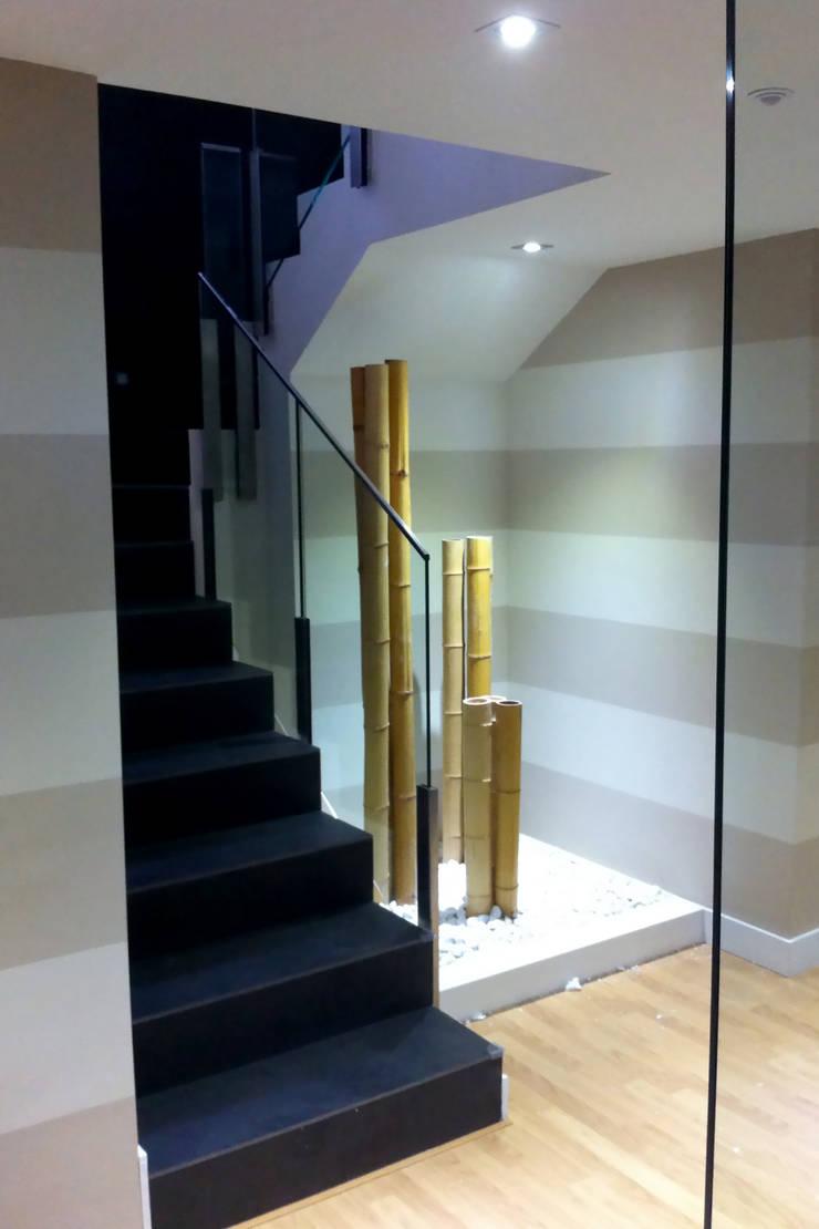Escalera de apartamento - CivitasNova: Vestíbulos, pasillos y escaleras de estilo  de CIVITASNOVA