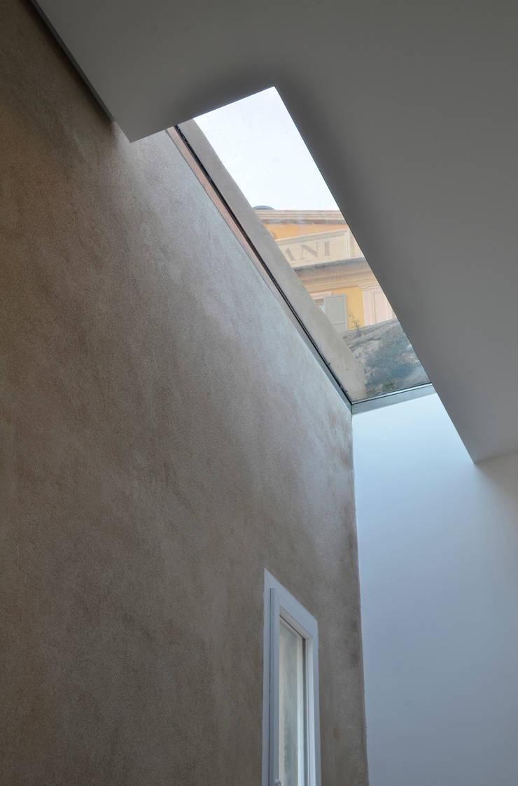Dettaglio del lucernaio.: Finestre in stile  di Studio 4