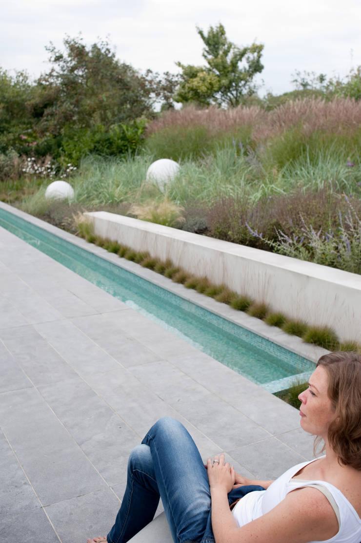 contrast tussen weelderige natuurlijke planten en strakke minimalistische architectuur:  Tuin door Andrew van Egmond (ontwerp van tuin en landschap)