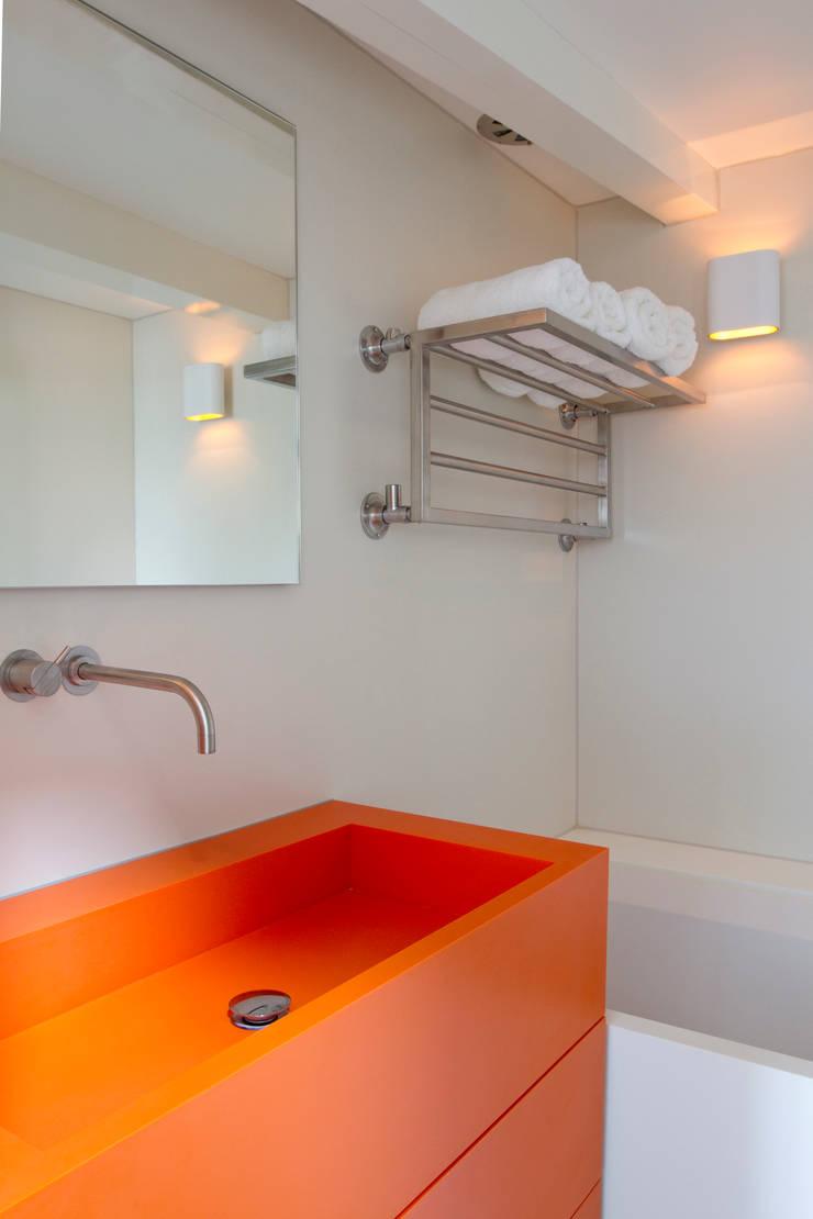 Project I: minimalistische Badkamer door Proest Interior