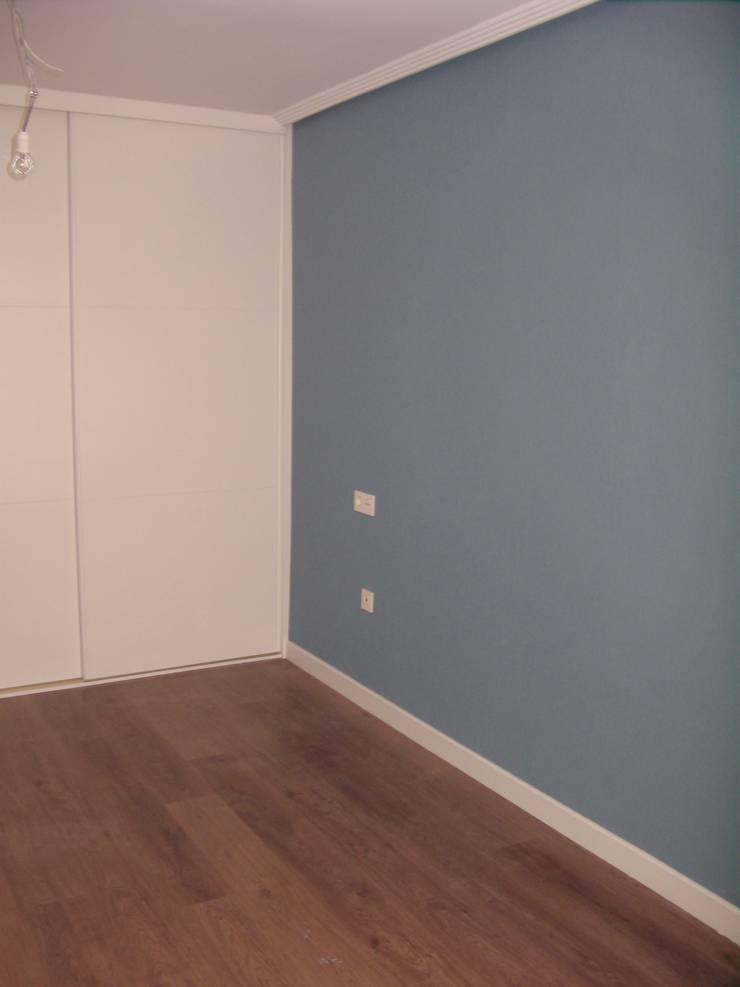 EL VERSÁTIL RECURSO DEL PAPEL PINTADO: Dormitorios de estilo  de MIMESIS INTERIORISMO