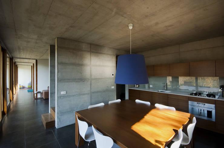 Casa per le vacanze a Pettenasco: Cucina in stile in stile Moderno di PRR Architetti - Stefano Rigoni Sara Pivetta Stefania Restelli