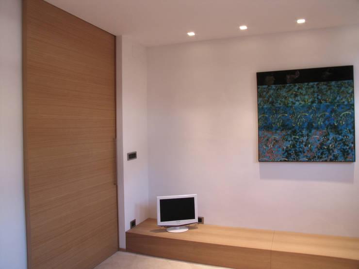 Camera 1: Camera da letto in stile  di VZSTUDIO architettura,