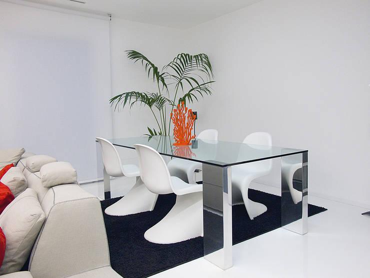 Deca House: Sala da pranzo in stile  di ATRE HOME