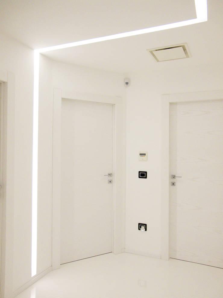 Deca House: Ingresso & Corridoio in stile  di ATRE HOME