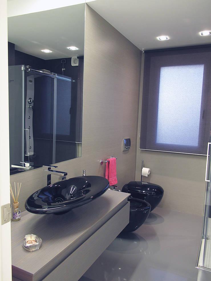 Deca House: Bagno in stile  di ATRE HOME