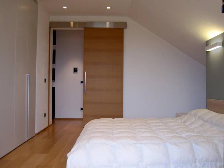 Camera 2: Camera da letto in stile  di VZSTUDIO architettura,