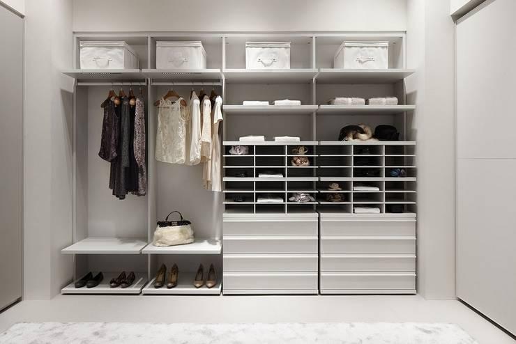 Dressing room by MUEBLES RABANAL SL