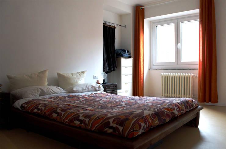 Camera da letto: Camera da letto in stile  di Aulaquattro