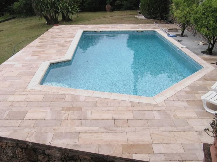 Plage de piscine en pierre de Bourgogne Beaunotte.: Murs & Sols de style  par Ateliers Pierre de Bourgogne