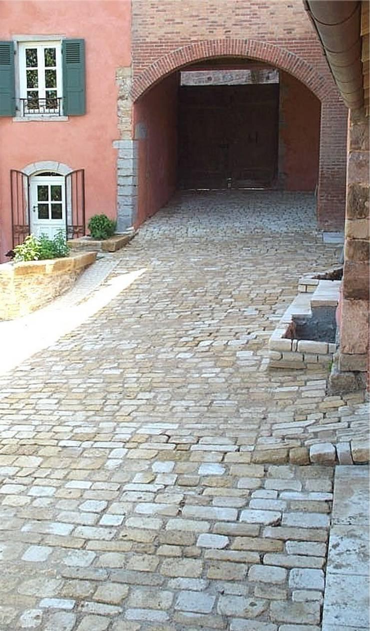 Pavés vieillis Cîteaux en pierre naturelle de Bourgogne: Murs & Sols de style  par Ateliers Pierre de Bourgogne