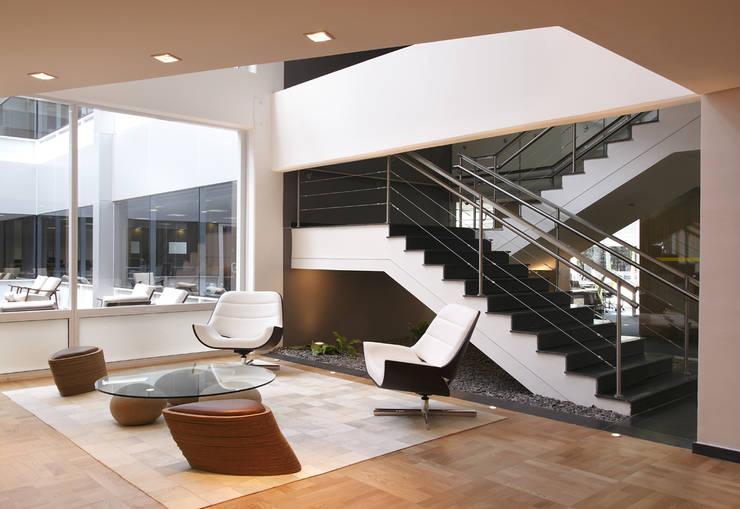 Indústria Químico Farmacêutica: Escritórios  por MW Arquitetura