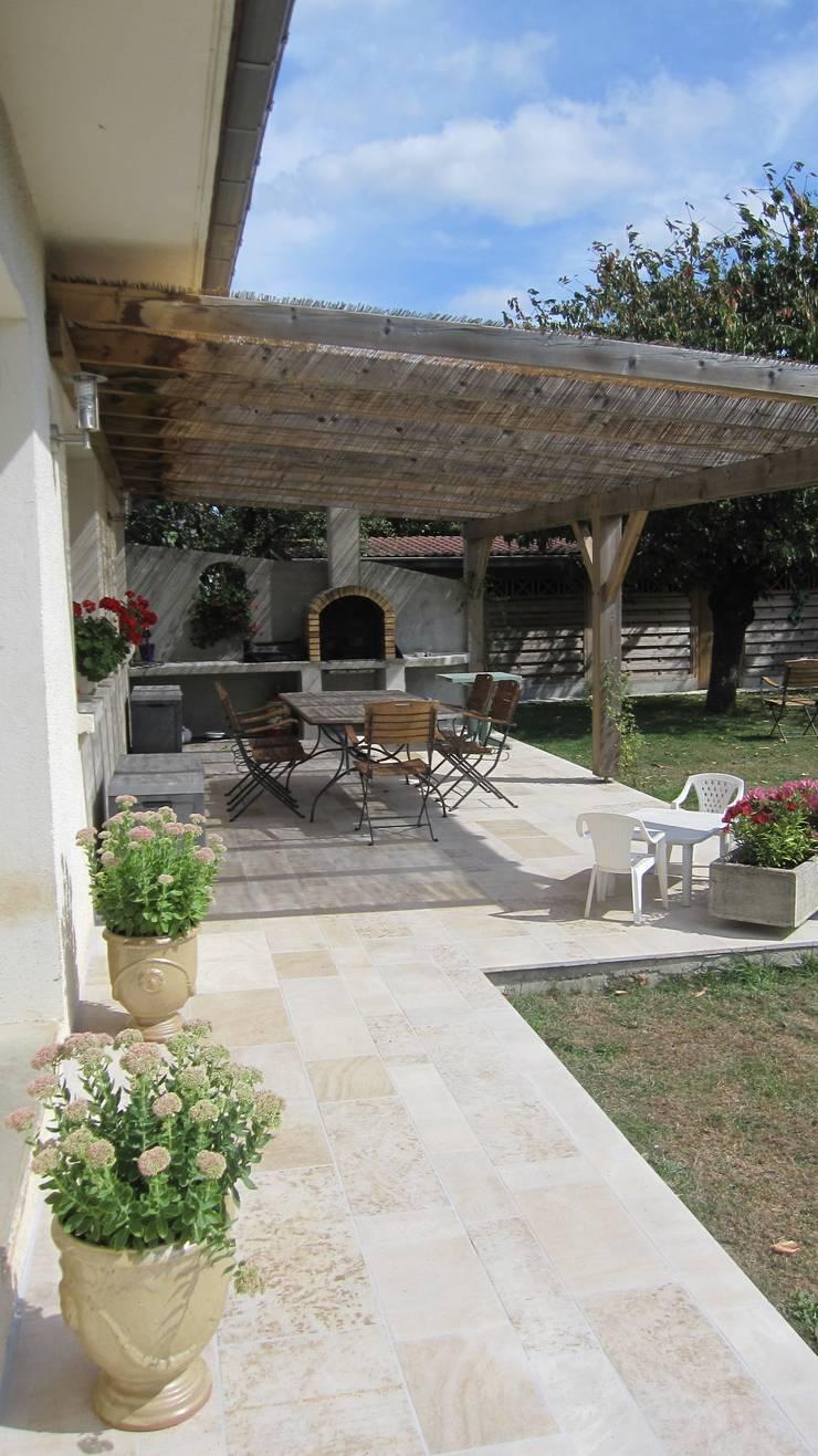 Terrasse ombragée en pierre naturelle de Bourgogne: Murs & Sols de style  par Ateliers Pierre de Bourgogne