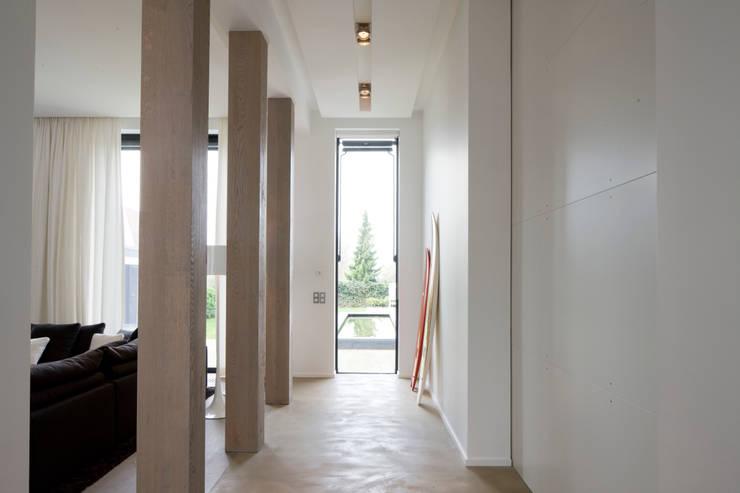 Perspective: Couloir et hall d'entrée de style  par GUILLAUME DA SILVA ARCHITECTURE INTERIEURE