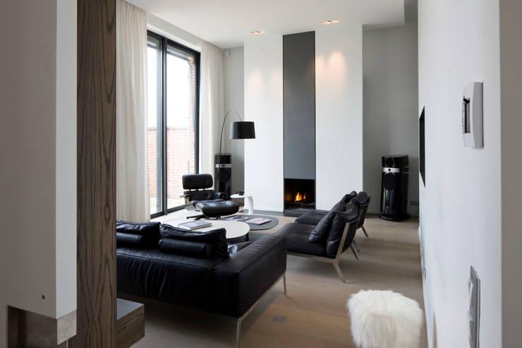 Petit salon: Salon de style  par GUILLAUME DA SILVA ARCHITECTURE INTERIEURE