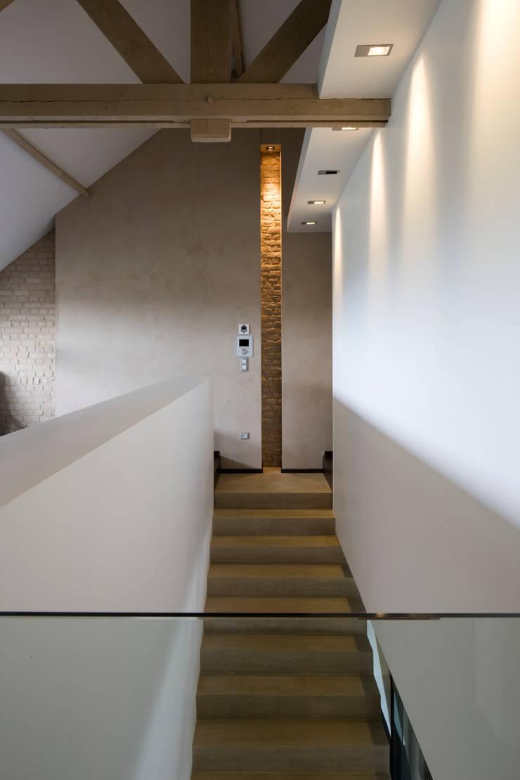 Mezzanine - accès aux chambres: Couloir et hall d'entrée de style  par GUILLAUME DA SILVA ARCHITECTURE INTERIEURE