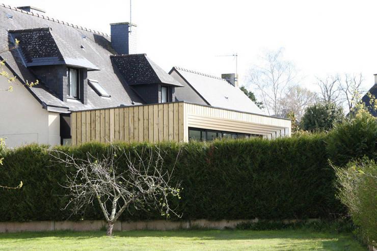 ENGAWA Extension en milieu pavillonnaire: Maisons de style  par ONZIEME ETAGE SARL d'architecture