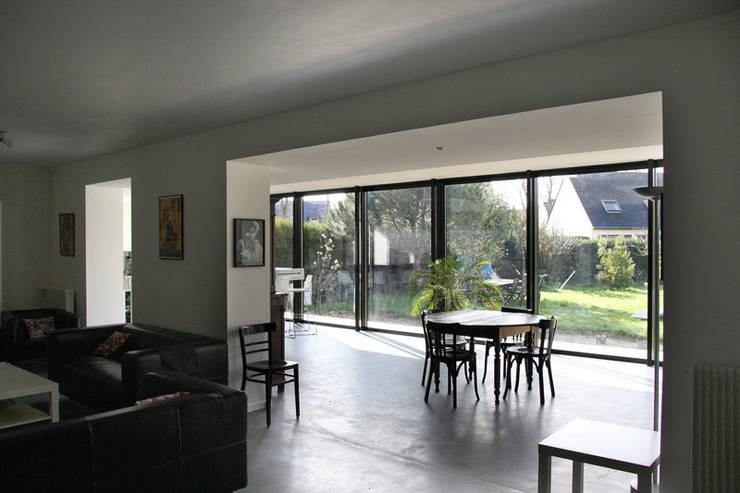 ENGAWA Extension en milieu pavillonnaire: Salle à manger de style  par ONZIEME ETAGE SARL d'architecture