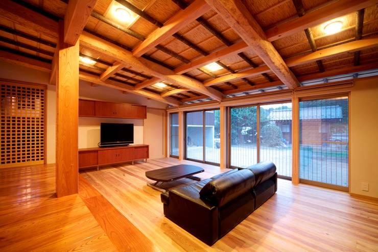 伝統木造のN邸: 建築設計事務所 山田屋が手掛けたリビングです。