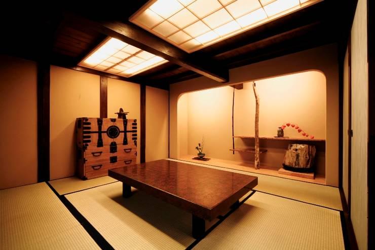 Salas multimédia asiáticas por 建築設計事務所 山田屋