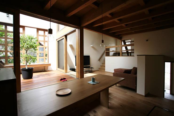 陽だまりの木箱: 一級建築士事務所 青木設計事務所が手掛けたリビングです。