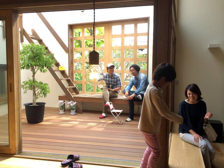 陽だまりの木箱: 一級建築士事務所 青木設計事務所が手掛けたテラス・ベランダです。