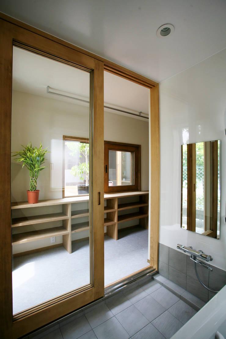 陽だまりの木箱: 一級建築士事務所 青木設計事務所が手掛けた浴室です。