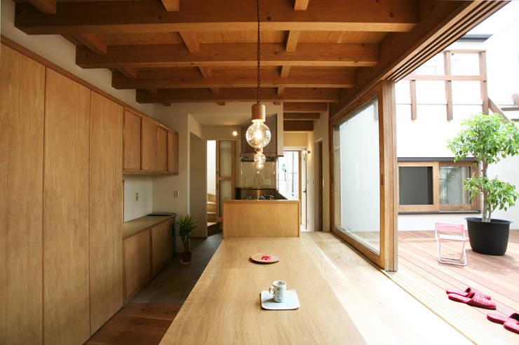 陽だまりの木箱: 一級建築士事務所 青木設計事務所が手掛けたダイニングです。