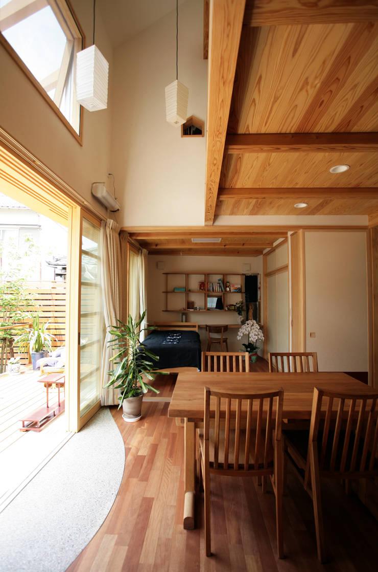 加藤先生の家: 一級建築士事務所 青木設計事務所が手掛けたリビングです。