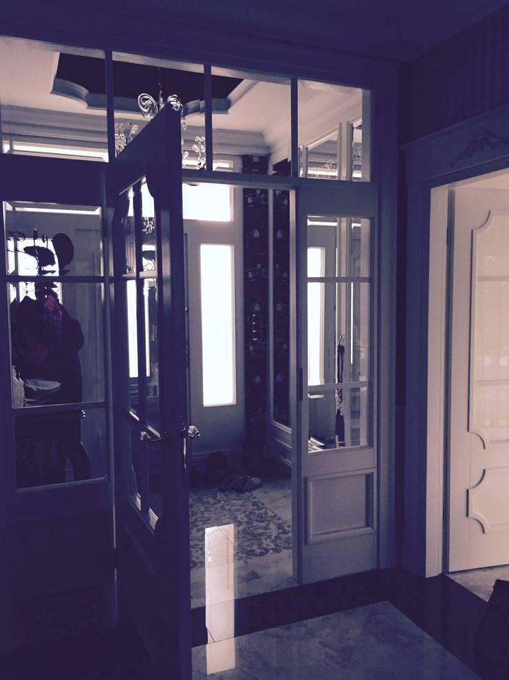 Dom w Dziekanowie Leśnym powierzchnia 450 m2: styl , w kategorii Korytarz, przedpokój zaprojektowany przez livinghome wnętrza Katarzyna Sybilska