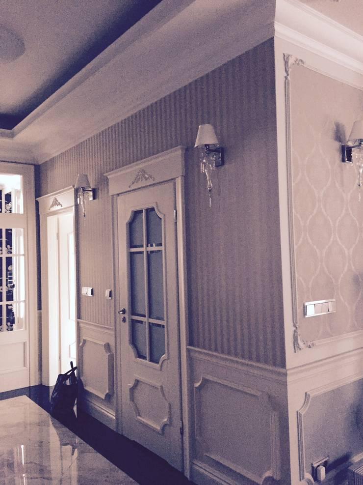w całym domu ściany zostały wyłożone okładzinami jedwabnymi: styl , w kategorii Korytarz, przedpokój zaprojektowany przez livinghome wnętrza Katarzyna Sybilska