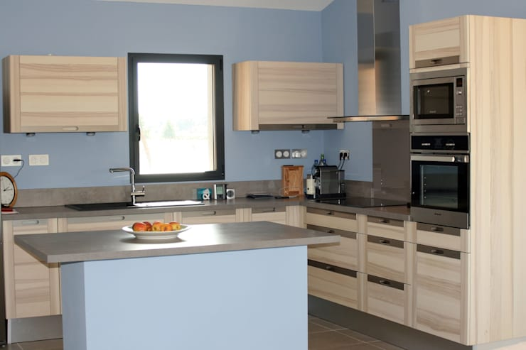 Maison individuelle ossature bois: Cuisine de style de style Moderne par i Petra France