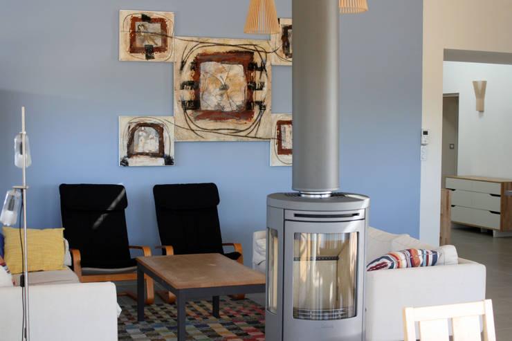 Maison individuelle ossature bois: Salon de style  par i Petra France