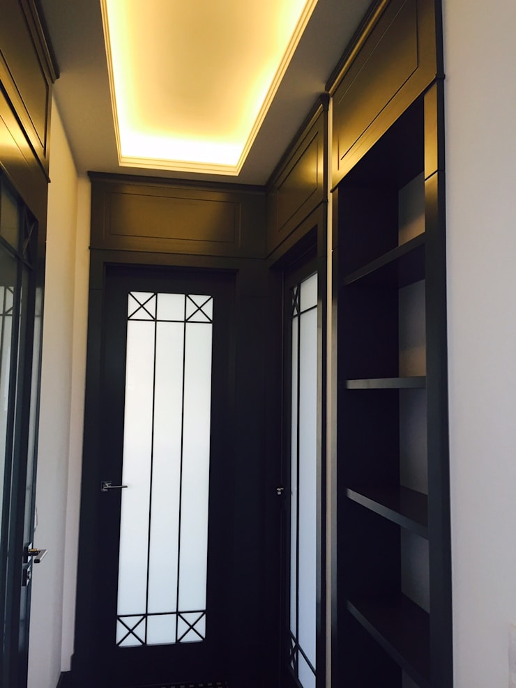 pomysł na mocno rozbudowane zwięczenia drzwi wewnętrznych ;-)): styl , w kategorii Korytarz, przedpokój zaprojektowany przez livinghome wnętrza Katarzyna Sybilska,Eklektyczny