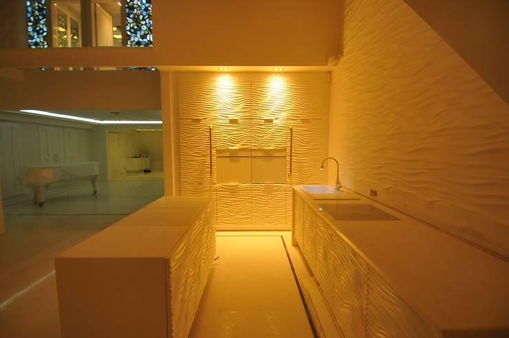 biało…..minimalistycznie i lekko złoto ;-): styl , w kategorii Kuchnia zaprojektowany przez livinghome wnętrza Katarzyna Sybilska,Nowoczesny