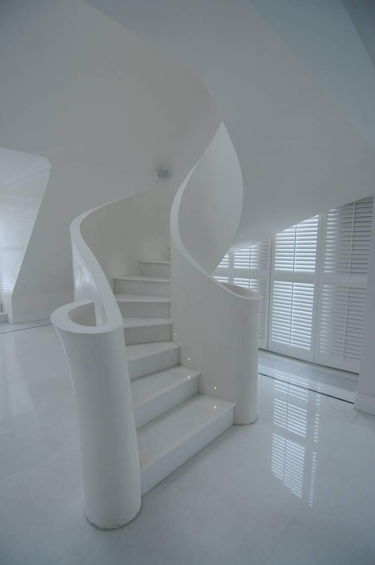 schody wijące się na górę, tak jak sobie narysowałam tak je wykonano ;-): styl , w kategorii Korytarz, hol i schody zaprojektowany przez livinghome wnętrza Katarzyna Sybilska