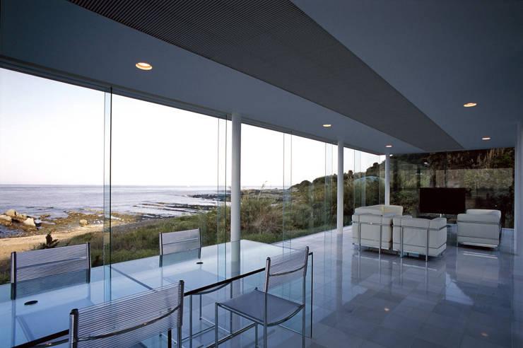 ガラス建築: 近藤博史建築設計事務所が手掛けたリビングです。