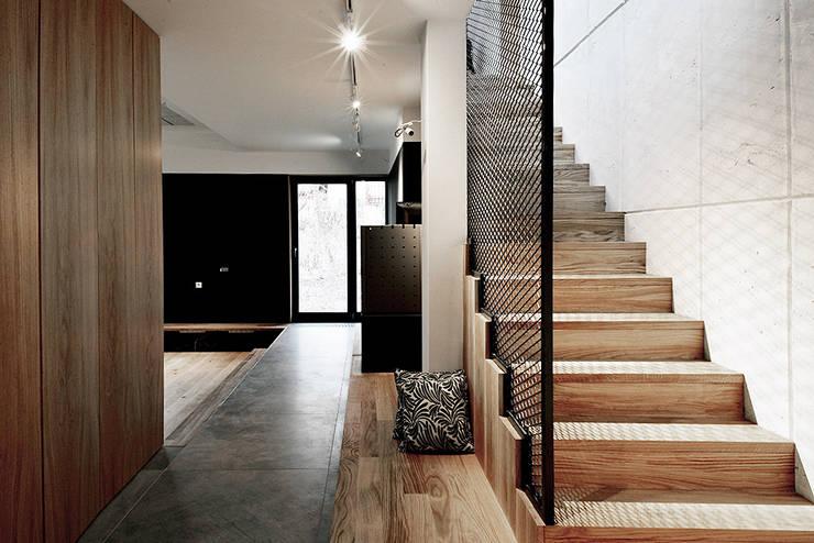 Hành lang by Konrad Muraszkiewicz Pracownia Architektoniczna